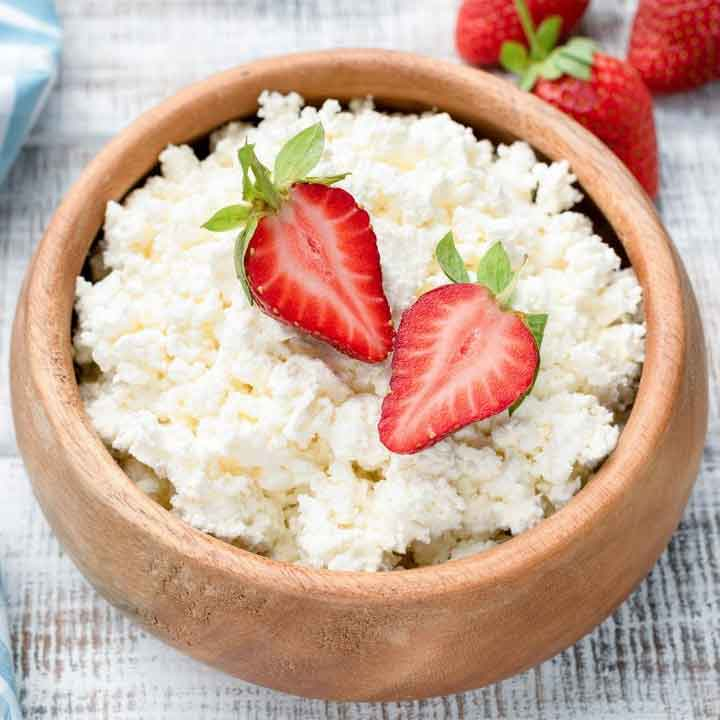 cottage-cheese-in-bowl-with-red-strawberry